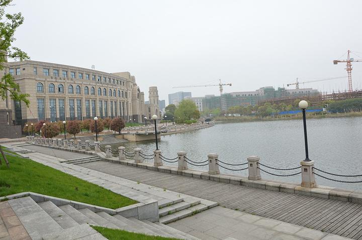 以湿地公园为主题,校园内不管是教学楼建筑还是校园走道以及运动场