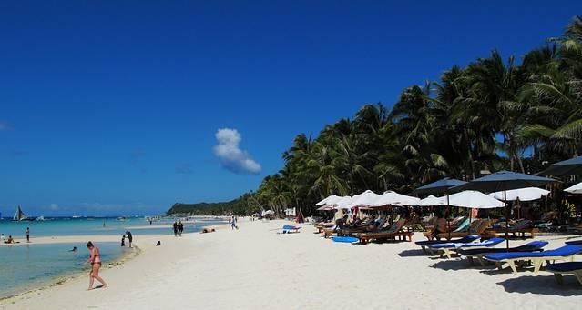 长滩岛举世闻名,成为世界知名的度假胜地,很大的功劳,便是来自这片悠长而细腻,环境绝佳,景色唯美的白沙滩。在长约7公里的海岸线之上,洁白的沙滩便有差不多四公里长。洁白的沙子,细腻而柔软。踩在上面,舒适而惬意。由一侧走到另一侧,一路椰林相伴,远处的海景自由变幻出美丽动人的景致,令人沉醉。 这处迷人的白沙滩,几乎可以满足人们对于大海的所有幻想,远方的白云,在蓝天之中自由浮动。沿岸的海水,清澈见底,温度适宜。浸泡在海水之中,不论游泳还是戏水,都格外温暖而舒适。漫步在沙滩之上,踩在延绵的细沙之上,亦是一种惬意的享受