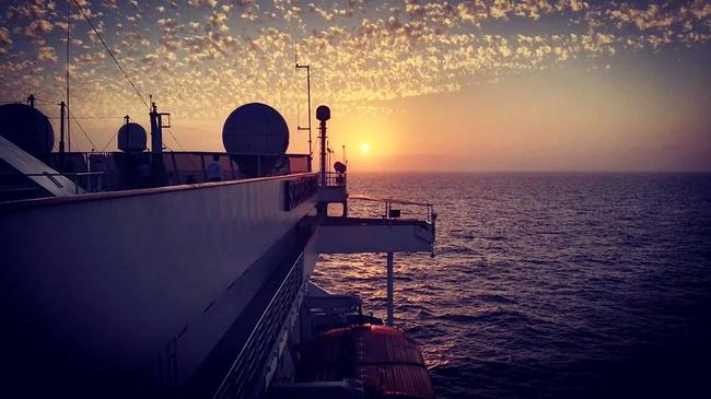 离港登船图片