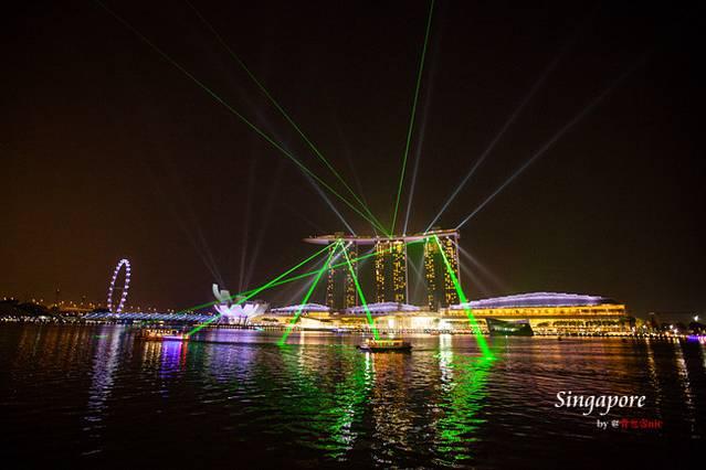 新加坡滨海湾花园(Gardens by the Bay)位于新加坡滨海湾(Marina Bay)中央,占地101公顷,自2012年建成以来享誉无数,曾获多座国际建筑大奖,被誉为属于21世纪的都会森林和世界十大室内花园。而在我心里,她是新加坡这座花园城市给我留下最深刻的印象。滨海湾花园面积很大,没有两至三个小时的徒步游览时间无法完全领略她的神奇魅力,但滨海湾花园的精华大多集中于南花园,占地54公顷,游览时间一小时足以。南花园除了两座植物冷室(花穹、云雾林)和擎天树丛的空中步道需要付费(每天09:00-21