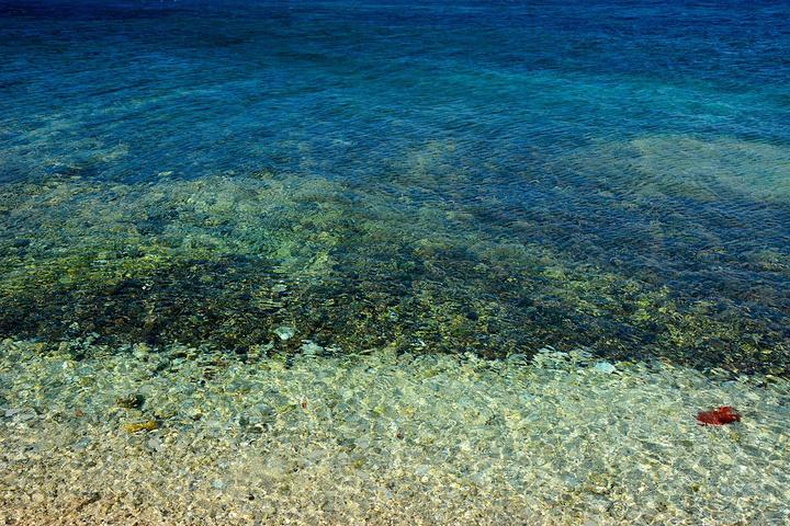 鸭公岛周围的海水,此行的三座岛屿里,鸭公岛也是唯一可以下水游泳的