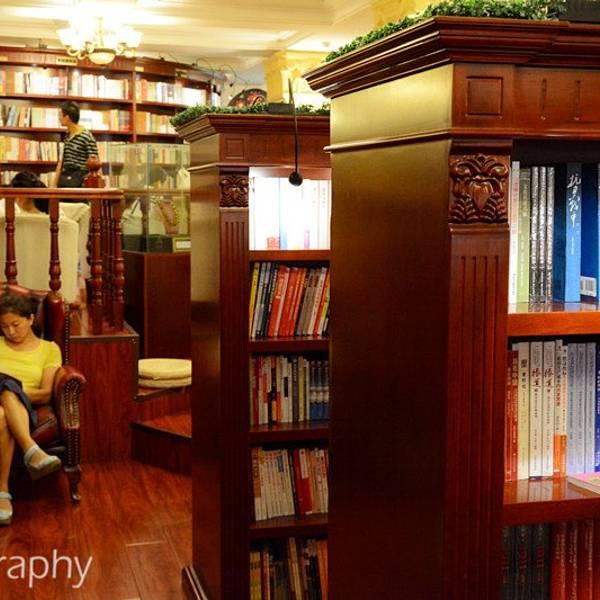 欧式的书柜上许多书籍