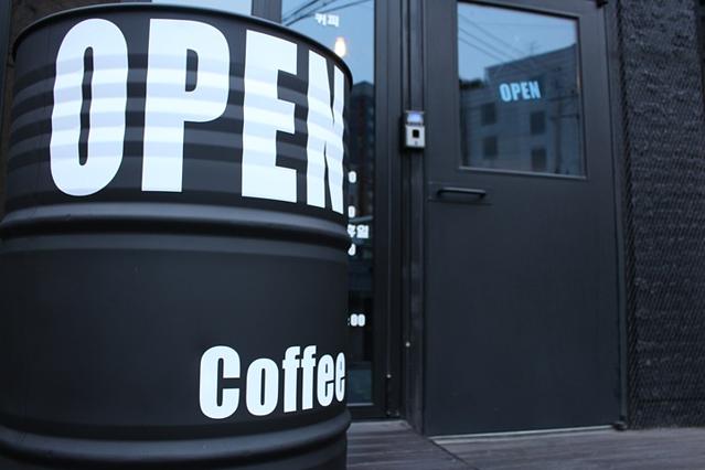 某咖啡厅门口的油桶~是不是很有创意?