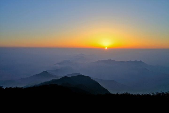 千佛山山顶,静谧而浩瀚的星空中,星星是那么的清晰,让人难以入眠。清晨一缕阳光从远方冉冉升起,远方的地平线在朝霞的照耀下慢慢变得越来越清晰,形成了一道美丽的风景线。随着一轮红日的喷薄而出,金色的阳光把千佛山装扮得更加美丽,让人陶醉不已。 看完日出,欣赏过千佛山的晨景,在山顶庙子吃完早饭,我们踏上了返程的路。 千佛山,值得再来。尤其是等到寒冬腊月时节,千佛山将变成大美的冰雪世界,到时我们再相见。 再见吧,大美的千佛山!