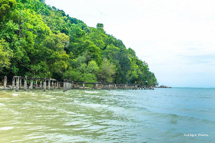 但一路的风景很好,山林,海边,沙滩,最后到达目的地以后我们给了12马币