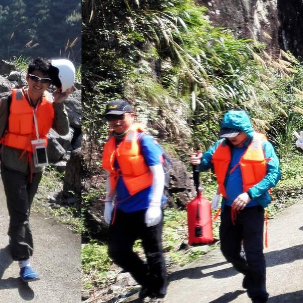 穿戴好救生衣及头盔,峰潮就欢欢乐乐的走向下水点啦.