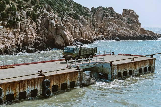 枸杞岛上有部队驻扎,军车和军人经常在码头上出现.