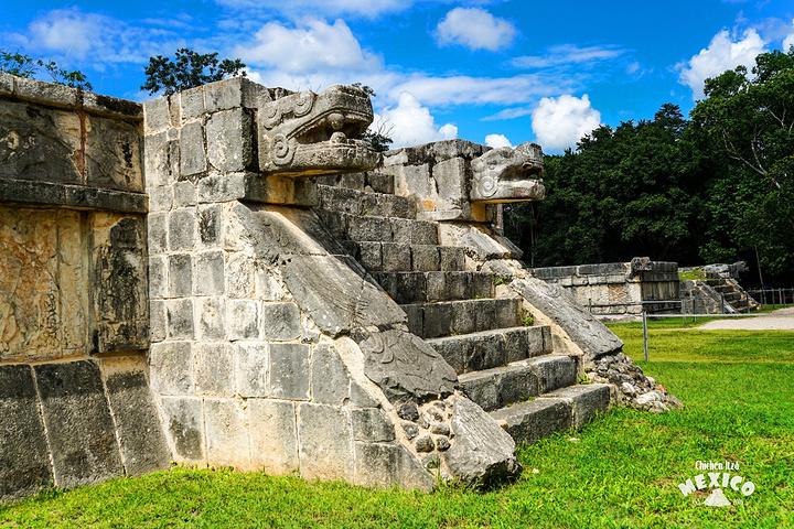 玛雅文明的奇迹库库尔坎金字塔 库库尔坎金字塔El Castillo(Pyramid of Kukulkan) 围绕金字塔转一圈,一路上你可以看到它各种完美的角度~Kukulkan是玛雅语,意为羽蛇神。玛雅人崇拜羽蛇神和雨神,羽蛇神是墨西哥古代印第安人崇拜的神,掌管雨水和丰收。这里的第一座神殿是在托尔特克时代之前修建的,大约是在公元800年,但是现在人们能看到的25米高的建筑实际上是建在了老建筑之上,北面石梯两旁各是一座蛇头雕像,也就是Kukulkan蛇神,在神殿顶端的大门口雕刻这托尔特克武士的形象。建筑