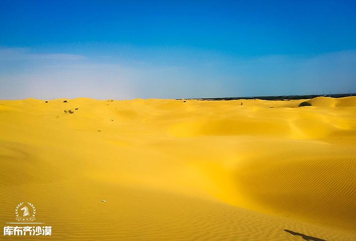天气很好,蓝天白云,金黄色的沙丘,简直一幅电脑桌面的景色.