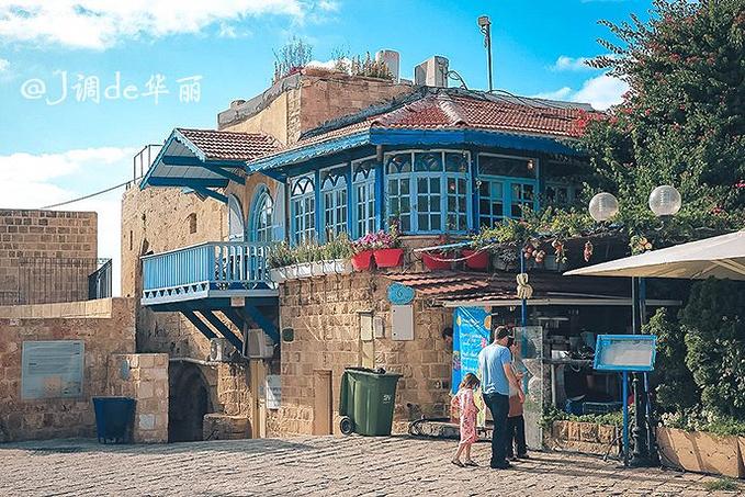 踩着石板路向城中走去,一路上见到了不少地中海风格的建筑,这里有古宅