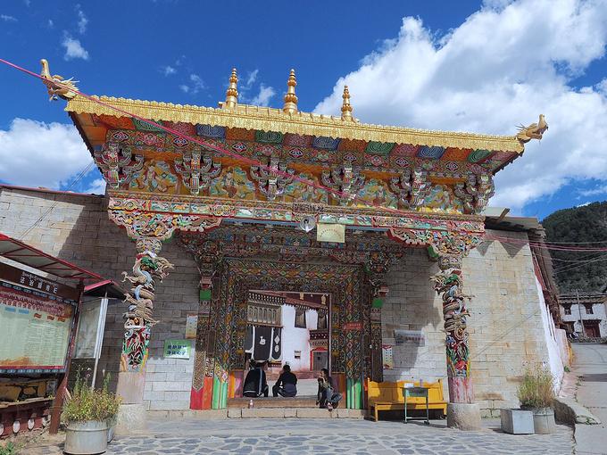 没什么游客,一下车,就是一群藏族小孩儿一拥而上,让你买水果买首饰买