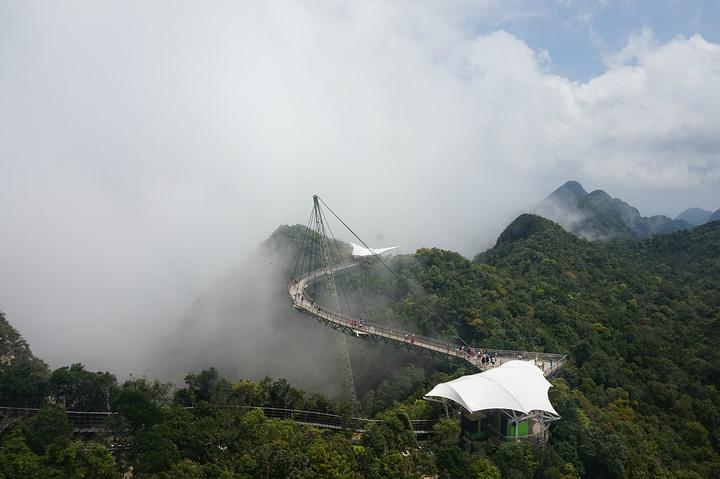 高空缆车不如天门山高和长,天空之桥也不如张家界玻璃栈道惊险,不过