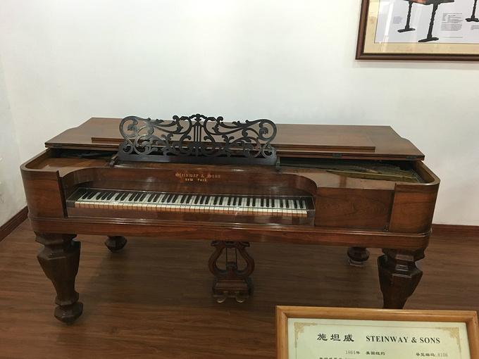 有世界最早的四角钢琴和最早最大的立式钢琴,有古老的手摇钢琴,有产图片