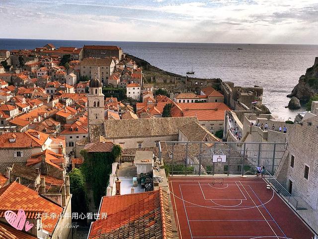 全长1940米的古城墙,是欧洲最大最完整的复杂结构城墙,保护了杜布罗夫