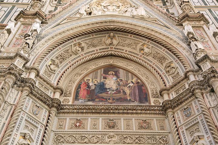 是一座由白色,粉红,绿色的大理石按几何图案装饰起来的美丽的大教堂.