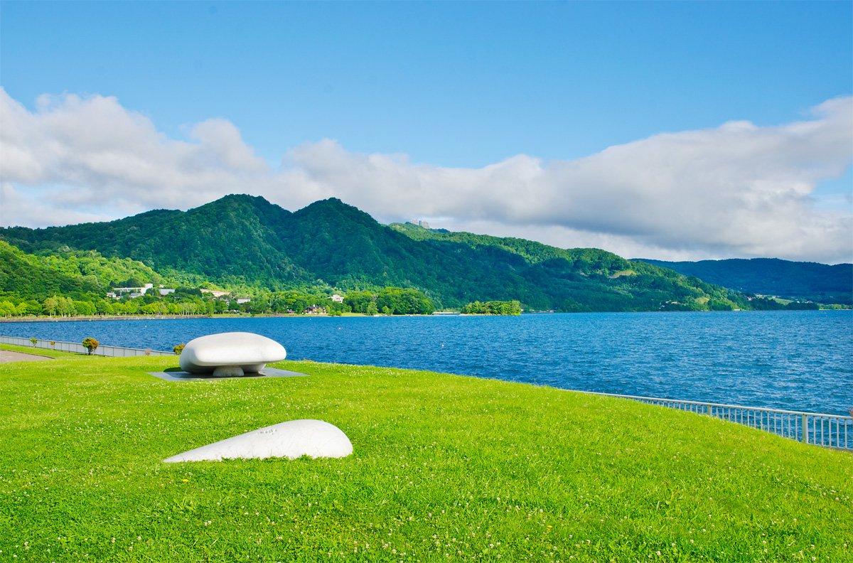 光线柔和而明丽,湖水在清晨的阳光下更加湛蓝清澈, 犹如仙境般无人间