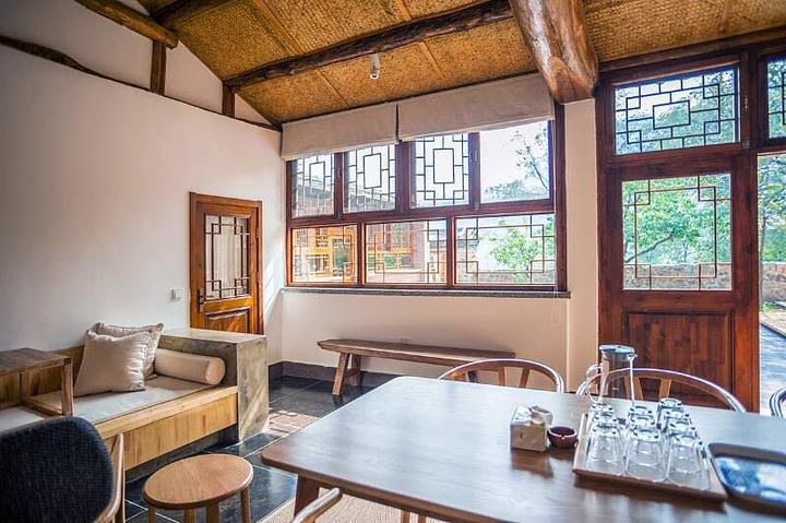 民宿设计走的是新中式 简约现代风格,外形是古派的木质结构,屋内设施