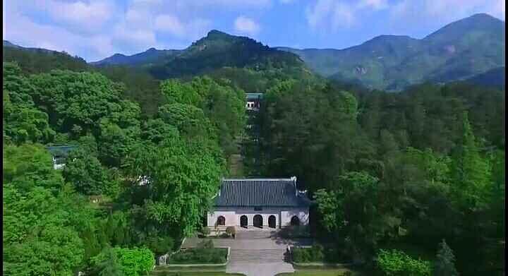 衡山不仅群峦叠翠风景如画,更有深厚的文化底蕴.