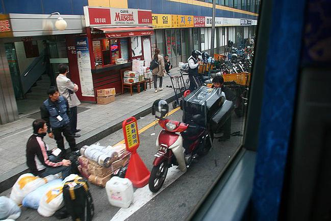 """这里很有些""""温州村""""的味道,商户林立,货物庞杂.图片"""