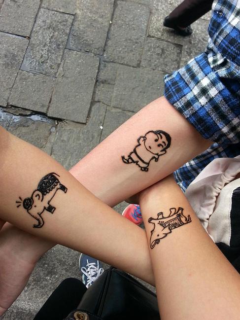 在大理古城一人弄了一个小小海娜纹身,两只加一个小新