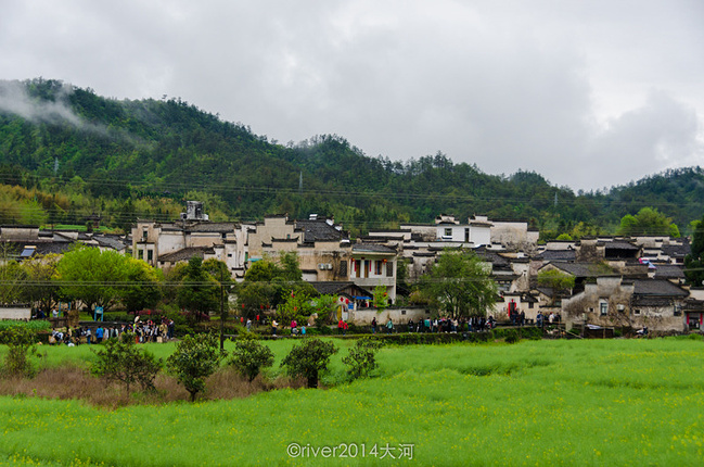 从观景台上俯瞰西递,村子四面环山,山间云雾飘荡.