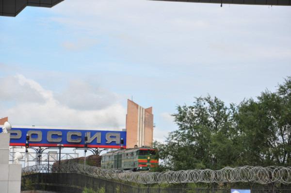 2014年呼伦贝尔之行的最后一站为满洲里,自室韦坐车沿中俄边境欣赏了迷人的边境风光之后,抵达满洲里时已经是下午,而且由于是第二天一早的飞机返津,对于满洲里所有的印象只有套娃了。 抵达满洲里之后直接驱车前往赫赫有名的套娃广场。 位置与交通: 广场位于满洲里城区的西北侧,沿满洲里的主干道迎宾大道一路直行即可到达。 公交交通可选择6路公交车,可以直接到套娃广场,相当方便,不过,需要注意的是满洲里的公交车只营运到晚上7点。 景点概况:套娃广场是满洲里标志性的旅游景区,应该也是全国唯一的以套娃为主题的旅游休闲广场。