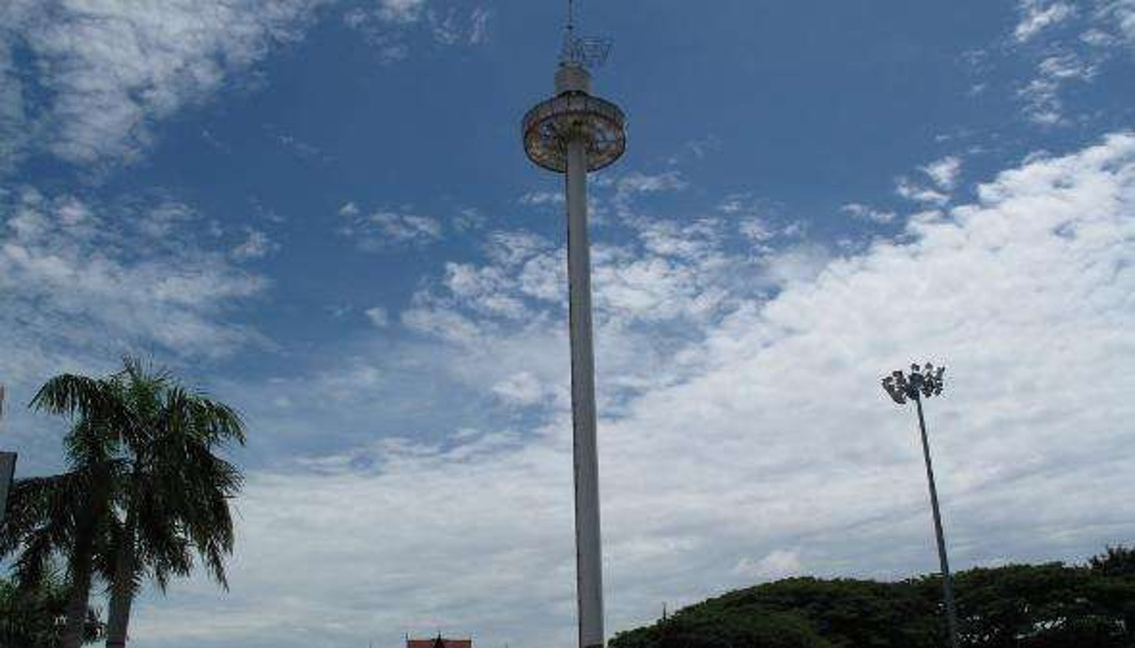 虽然说我是马来西亚人,可是每一次来到马六甲都有万分感慨,这个古迹城市有很多变化,尤其是近年来的外资投资发展,马六甲沿海有了很多填海发展,当我们站在马六甲旋转塔,给我们一目了然鸟瞰这个老城市的发展。从中可以看到了马六甲发展了好大,这几年有很多填海计划或者大集团的发展在进行,如果我今天没有来的话,说不定下一次再来的时候,我可能会对马六甲更加陌生。只不过在古迹区有这样大的发展会不会把.