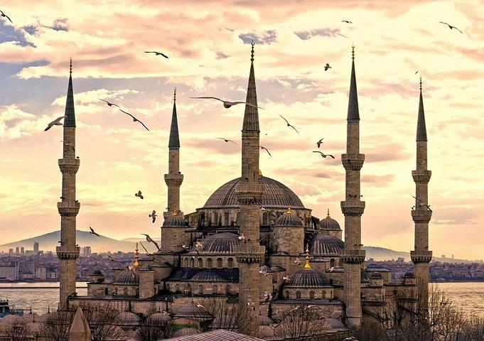 早在公元4世纪时,圣索非亚大教堂就是近1000多年来世界上最大的的大教堂。在征服君士坦丁堡后,奥斯曼帝国将其作为清真寺使用,1935年,土耳其政府将其改为博物馆。整个建筑随处可见科林斯风格的柱子,巨大的圆屋顶上雕刻着圣母玛利亚和孩子的肖像。