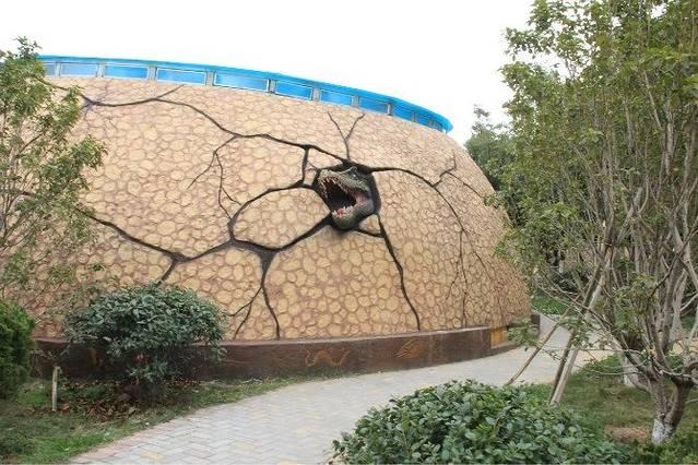 南昌动物园位于市中心闹市区的福州路上,它始建于1959年,原为人民公园的动物展区,1987年2月从人民公园分出正式成立。占地面积8.24公顷,其中水面0.67公顷,属省会城市中型动物园。园内动物笼舍总面积6053平方米,共有动物种类107种,存笼一级保护动物20种87只,如云豹、小熊猫、亚洲象、华南虎、东北虎、金钱豹等;国家二级保护动物24种250只,如金猫、黑鹿、恒河猴、小天鹅等,进口动物9种14只,如狒狒、马来熊、河马等。动物园现有职工81人,其中行政人员18人,技术人员7人,饲养人员38人,绿化及后