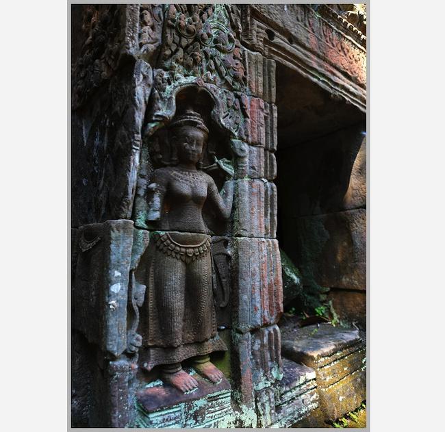 高棉帝国是柬埔寨的一个古国。 约公元400年,高棉人建立叫作真腊的国家,它在700年前后阇耶跋摩一世统治时期最为强盛。 802年,阇耶跋摩二世建立高棉国家,他是一位神王,在吴哥王城作为帝国首都。 高棉军队拥有数百头战象, 他们征服了周边大多数地区。 1010-1150年苏利耶跋摩一世和苏利耶跋摩二世的统治时期,帝国步入极盛。 历代国王大兴土木,建造宫殿与寺庙,使吴哥逐渐成为整个高棉人的宗教以及精神中心。 1296年,元朝使节团温州出发出使高棉,周达观随行 一年之后回国,周达观写下了《真腊风土记》,详细记载