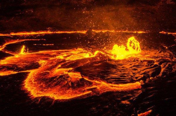 然后忽然喷薄炸开,裂开血红色的缝隙,金色的岩浆喷射,火花四射,又跌落
