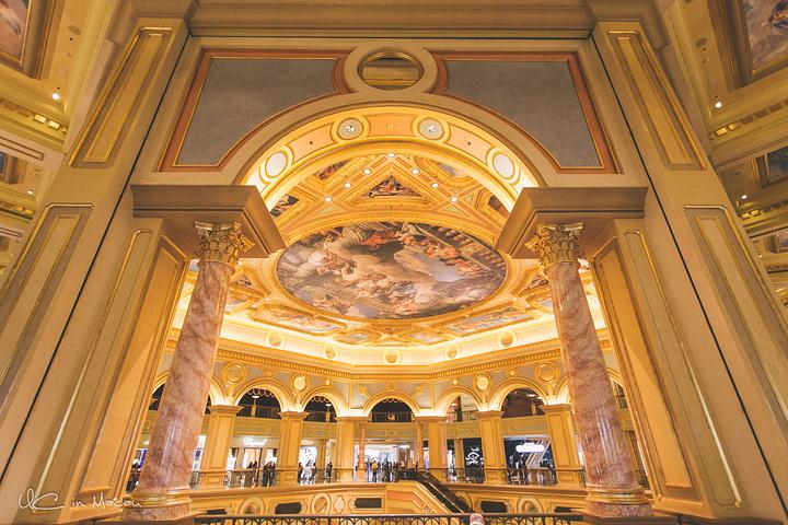 这里便是这次的目的地——澳门威尼斯人度假酒店。 威尼斯人酒店这个跟金沙是同一个集团,金沙只是威尼斯人集团的临时赌场而已,这个威尼斯人大酒店才是威尼斯人集团在亚洲的旗舰酒店。是全球第二大 (荷兰的花卉博物馆是第一),亚洲最大的建筑物群。相信在威尼斯人宣传广告的狂轰滥炸下,很少人会不知道它了,这个威尼斯也有很多特色。