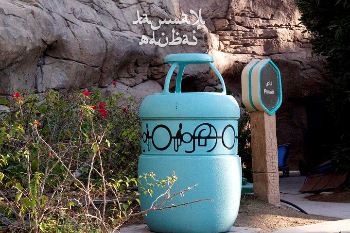 乐园里垃圾桶很多,颜色看着好清爽