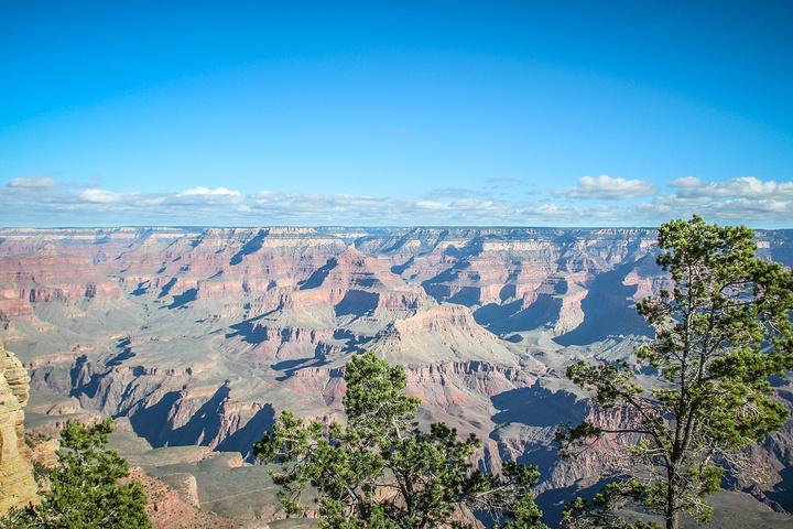 """峡谷岩壁的水平岩层清晰明了,这是亿万年前的地质沉积物,如同树木的年轮一样,为人们认识地质变化提供了充分的依据。岩石并不通体都是坚硬的,其中那些脆弱的部分,经不住风吹雨打或激流冲击,时间一长便消失得无了踪影,而留下来的部分,其形状往往很奇特。包括天然石桥、千回百转的通幽曲径、两崖壁立千仞,夹持一线青天的景色,另外的一些由水流冲击而成的岩穴石谷。形状千奇百态,色彩通红如火,每一处岩石都好像是一幅精美的画,置身其中,犹如来到仙境一般。 科罗拉多高原为典型的""""桌状高地"""",也称"""""""