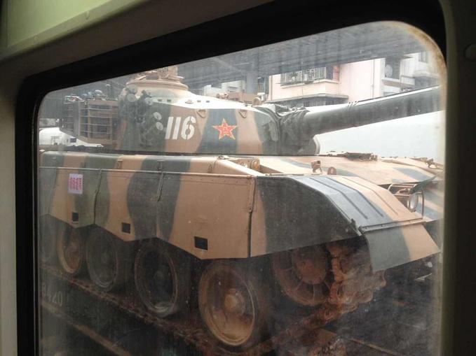 一夜的颠簸,早上到了桂林,在下车的中看见一辆装有坦克的火车,一定是