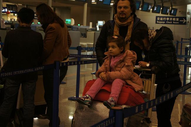 机场看见的小萝莉,外国小孩怎么都这么好看呢