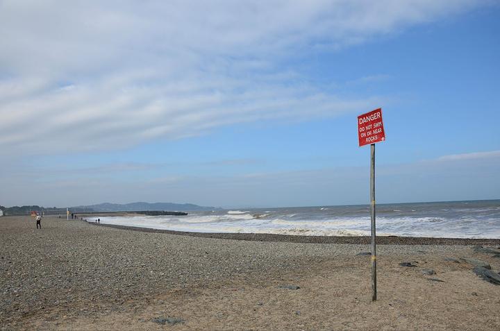 超长的小石子海滩,在海边喝杯热咖啡还不错
