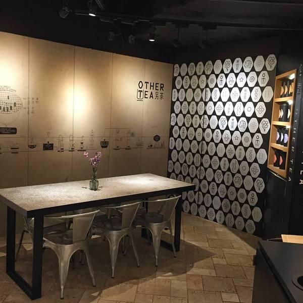 【书店简介】 苏州诚品书店在2015年11月29日开张,作为大陆第一家诚品书店,同时也是诚品集团的第46家分店,苏州诚品书店的确没有让人失望。苏州诚品书店以人文生活作为主体,三层楼的书店中,包括了传统意义上的书店,以及各类展示苏州生活的视频以及纪念品,还有多种多样的数码产品,花店以及各类美食店以及很多高格调的饮品店。 【书店地址】 苏州诚品书店位于江苏省苏州市吴中区圆融天幕西街22栋-1层,地处园区CBD,毗邻苏州洲际酒店和新开张的苏州凯悦酒店。 交通方式:前往苏州诚品书店最便捷的方法是乘坐苏州地铁1号