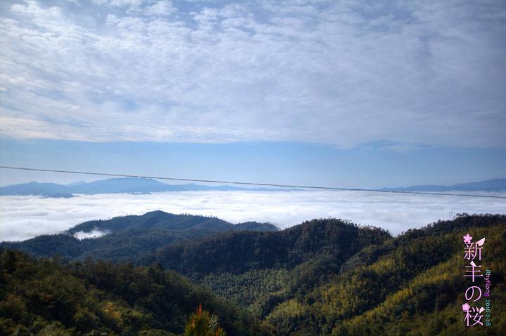 走出县区后,山上的风景越是迷人.