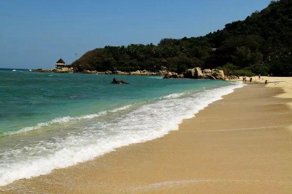 蜈支洲岛是海南岛周围为数不多的有淡水资源和丰富植被的小岛,有二千