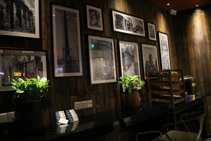 餐厅的装修风格有些复古,运行模式和杭州的新白鹿,外婆家都有相似之处