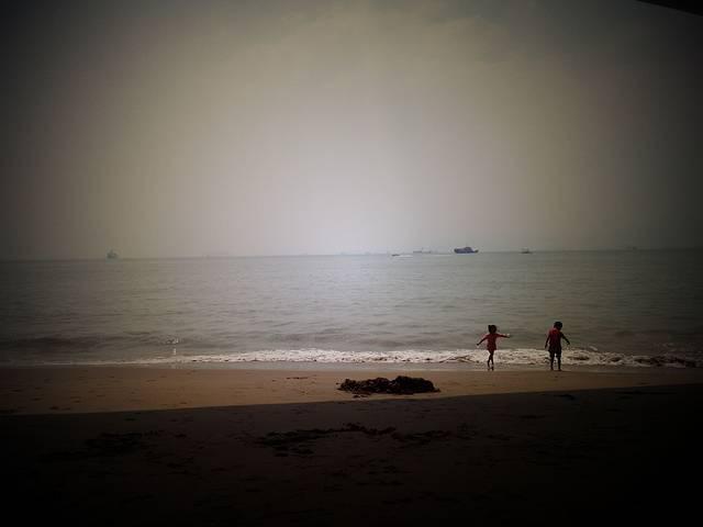 qq头像 男生背影沙滩黑白