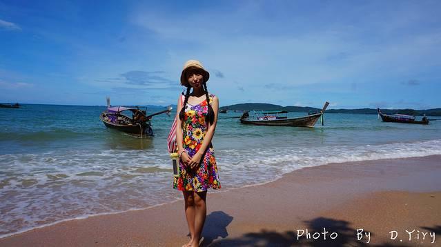 奥南海滩(英文:Ao Nang Beach ;泰文:)距离甲米镇约20公里,是甲米最热闹也是最有名的海滩。一大清早,我从位于甲米镇上的Pack-up Hostel出发,花了40泰铢乘坐公交来到奥南海滩。在公交上遇见了一位来泰国度假的意大利空乘,俩人相聊甚欢,有一种《罗马假日》电影的代入感。从甲米镇到奥南海滩的沿途风光秀美,山脉、森林、平原、丘陵相互夹杂的地貌成就了甲米特别的风景线。车行不到20分钟就来到了奥南海滩。有点令人失望的是,沙滩并不像期望中的洁白,甚至有些发黑,不知道是生活污水排放所致