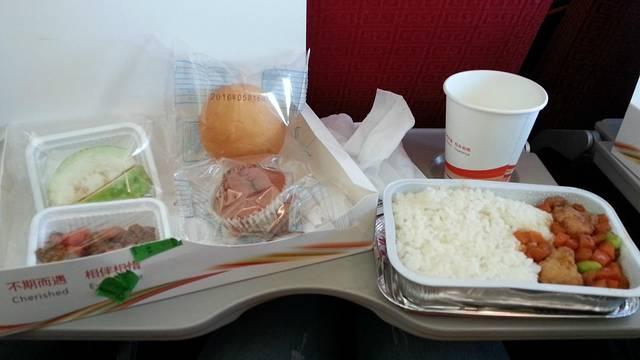 海南航空的飞机餐很丰盛哦!偷偷拍的