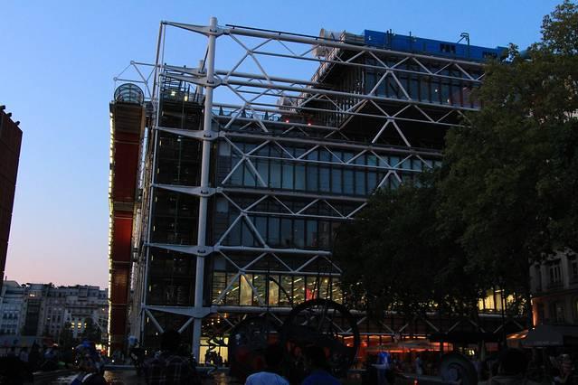 当然外部的支架和钢筋结构也吸引很多建筑爱好人士来此,管道还根据不