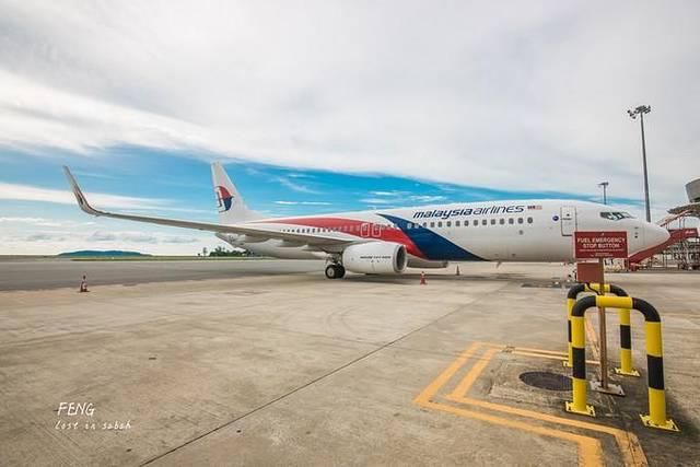 亚庇国际机场很小,去沙巴的时候首选从国内直飞亚庇,当然也可以在吉隆坡转机飞到亚庇,沙巴州有好几个地方可以玩,不过这里是沙巴旅游热地,很多中国游客去沙巴玩都是飞抵这个机场。这个机场建筑规模比较小,机场的商铺不是很多,也有一些。如果是早班机,没有人接送机的车来接送话,走出去机场会一筹莫展,根本找不到车,而机场内部的出租车票的价格极其贵。亚庇当时主要就是出租车来回市区,公交车要等候非常长的时间,不过现在方便多了,在各大网站都能容易找到预订接送机的大巴,而且价格便宜,都是拼车的形式,按人头计算,出行非常方便。登机