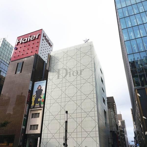银座位于东京中央区(东京站附近)。早年是贸易区,后来进行了扩张,从1丁目到8丁目,成了亚洲知名高档购物区,基本上亚洲游客都会来这里参观一下。 【个人推荐小贴士】银座给我最大的感受就是人多但干净,建筑物很密集但是又井井有条,有点像科幻片里头的未来都市。这里的配套很便利,距离附近的景点天皇皇居不远、离吃海鲜的地点也很近,所以可以一条龙进行安排~ 我们在这里的名牌店和百货公司逛了一下,Brand off总店是卖二手名牌的(想爱马仕,香奈儿等),款式很多,来路很正,喜欢名牌的可以去看看,可以以便宜很多的价格买回國