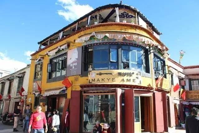 首页 游记详情  餐厅带有浓郁的藏式风格,二楼还有藏族歌手在吧台旁献图片
