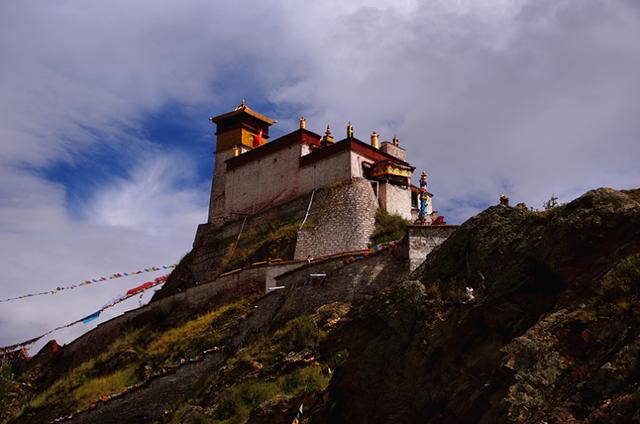 在山顶的时候有一个塔楼,一路走上去,山峰上挂满经幡随风飘扬,加上