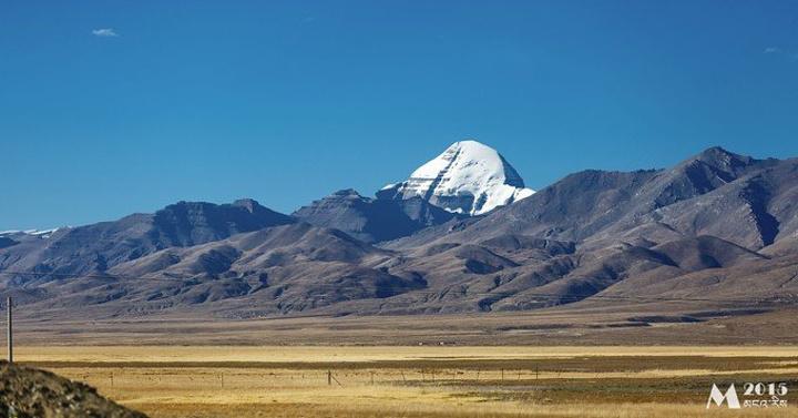 看到这个雪白的金字塔山峰的时候